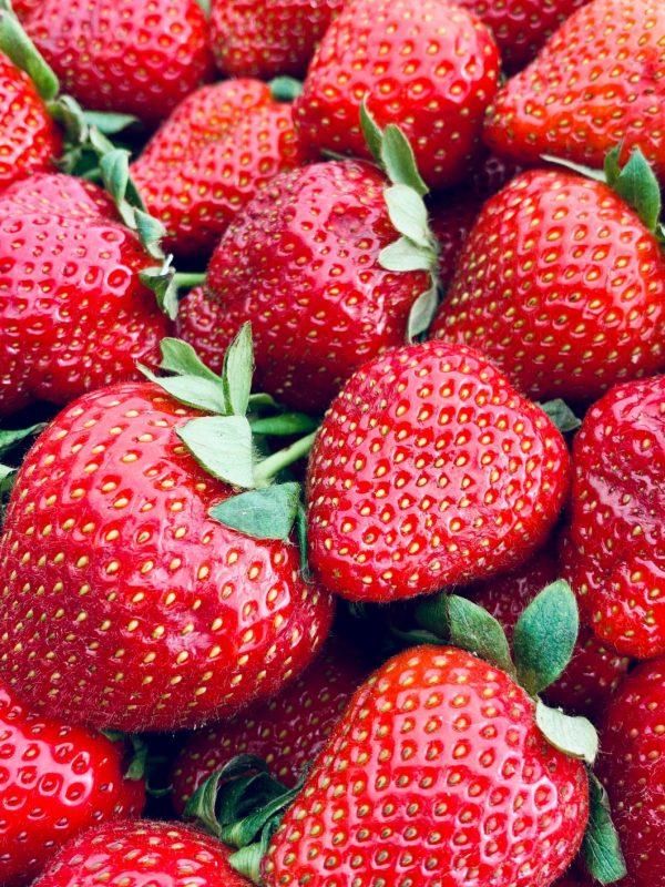 farhang-ahmed-iugoQBMmxNI-unsplashs stawberries